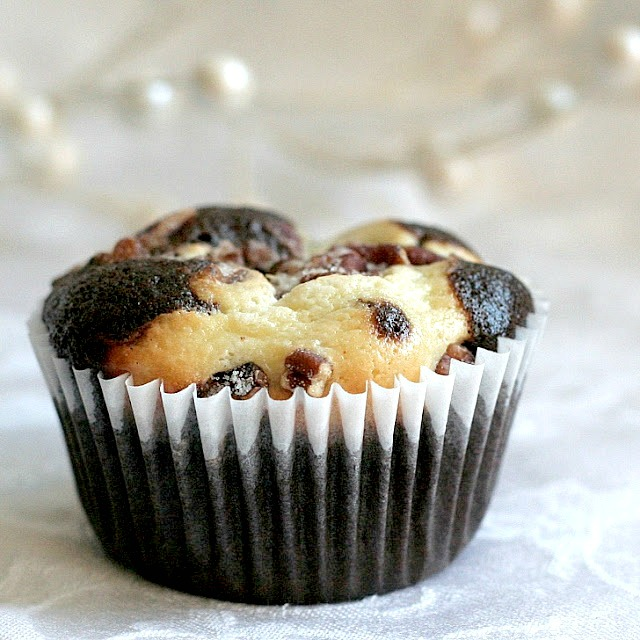 Moist and chocolaty, black bottom cups are rich little cupcakes with a cream cheese & chocolate chip filling and topped with sugar and pecans.