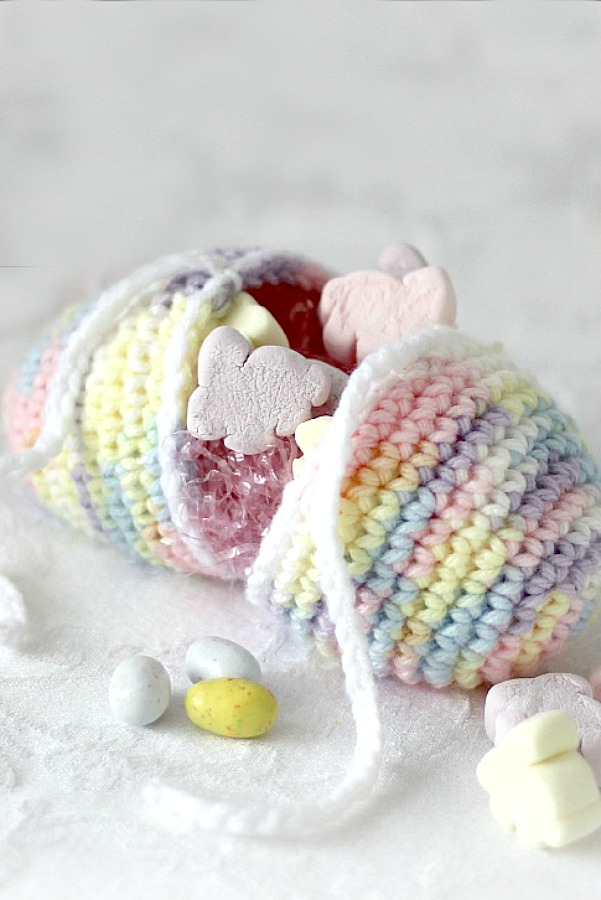 An easy holiday crochet pattern for an Easter egg that opens in the center and can be filled with treats. Tie closed or use in a centerpiece.