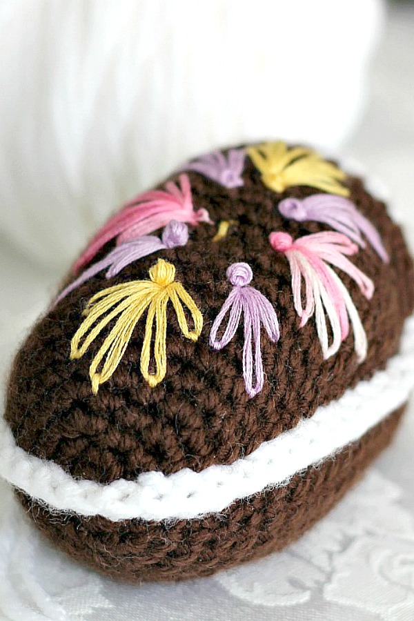 Super cute pattern for chocolate diorama Easter egg is crocheted with faux frosting and embroidered decorations. Sweet holiday décor for tablescape or Easter baskets.