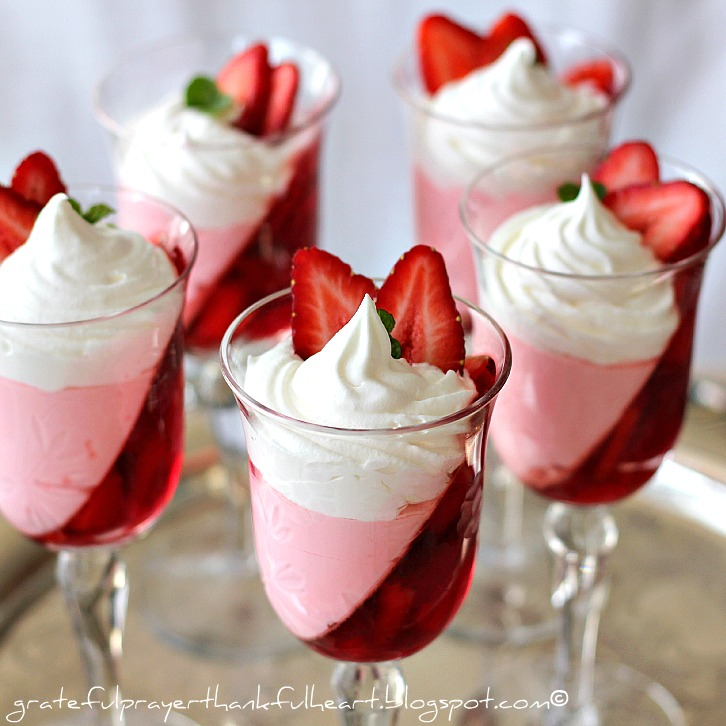 Jello strawberry slope parfait dessert whipped cream low calorie www.gratefulprayerthankfulheart.com