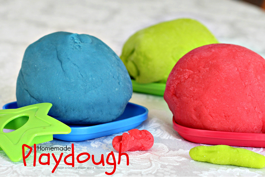 Making modeling playdough with or for your children is fun! Easy recipe for colorful, soft and just right for non-technical creative play.