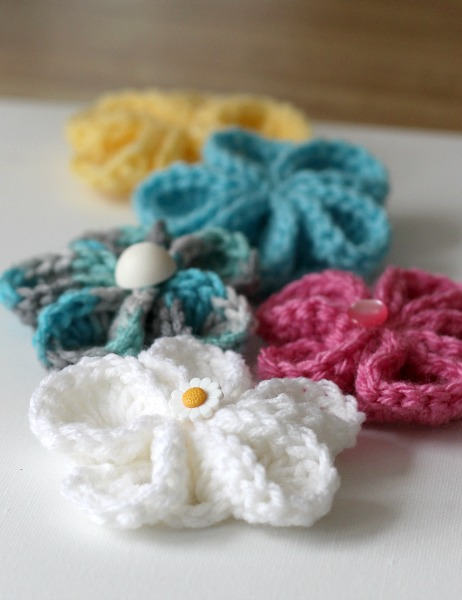 Dress up inexpensive flip flops with easy to make crochet flowers for summer fun. How-to instructions for attaching and flowers pattern.