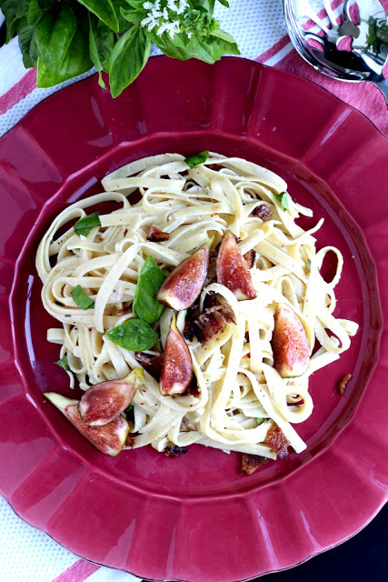 Easy recipe for Linguine pasta with bacon, fresh figs and basil. A special dish perfect for entertaining your guests for dinner.