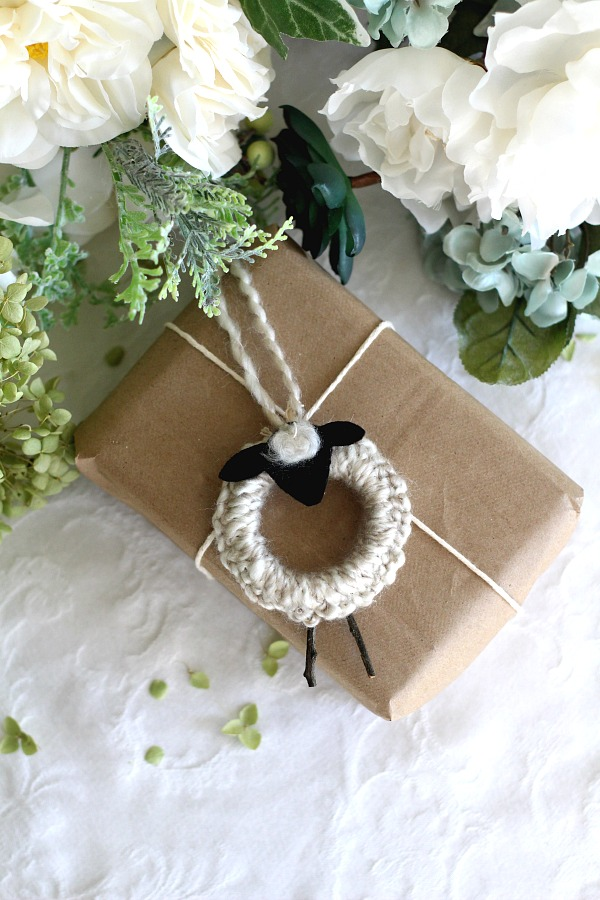 Easy peasy crochet lamb ornaments work up so quickly you can make a whole flock of them to decorate your Christmas tree and gift packages.