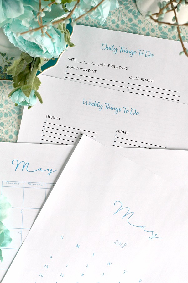 Hello May! Welcome this month of spring and its color, freshness and possibilities. Don't miss one beautiful moment by planning and organizing each day with four Free printables, a framable wall calendar, a desk version and a daily and a weekly to-do page. Click for free download now.