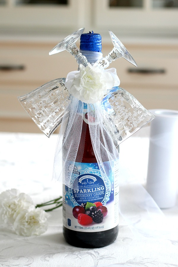 Easy DIY Champagne and flutes holiday gift makes a lovely friend or hostess gift. It takes just a few minutes and looks so festive. Ideal for welcoming the New Year or celebrating a birthday, anniversary, new job, new house or any special occasion.
