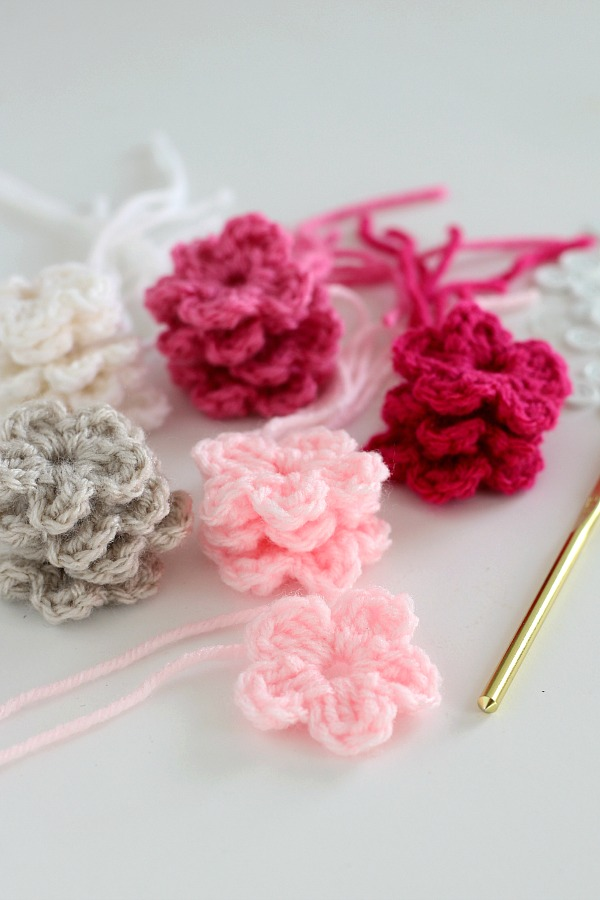 Quick, easy and perfectly pretty, this sweet crochet flower heart is cheerful, bright and a great craft for Valentine's Day. Easy pattern with step-by-step photos for heart, leaves and wreath construction.