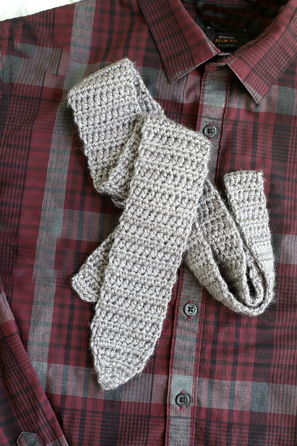 Men's easy to crochet neck tie pattern for Father's Day or your favorite graduate.
