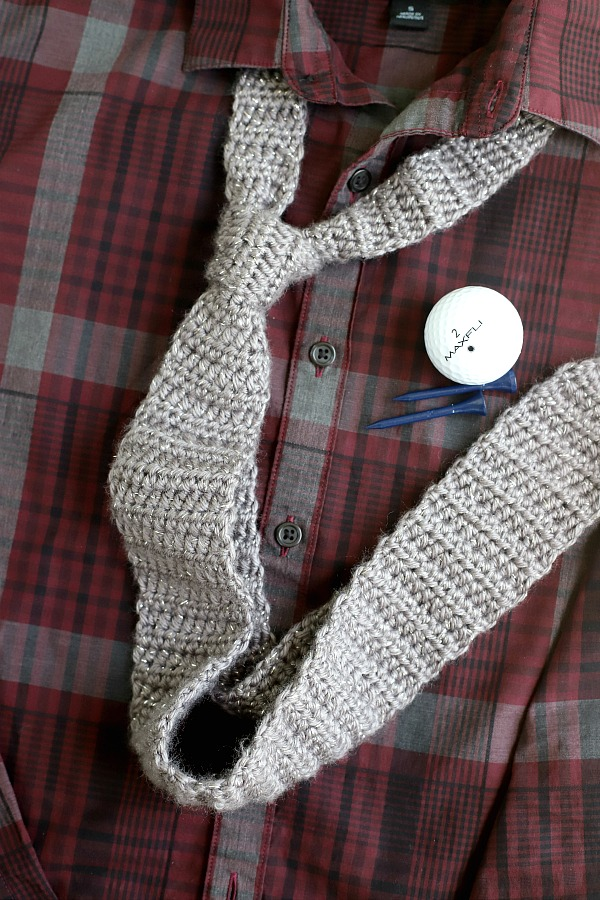 Easy pattern for a handsome, handmade crochet necktie for the men in your life. Great Father's Day, graduation, birthday or Christmas gift.