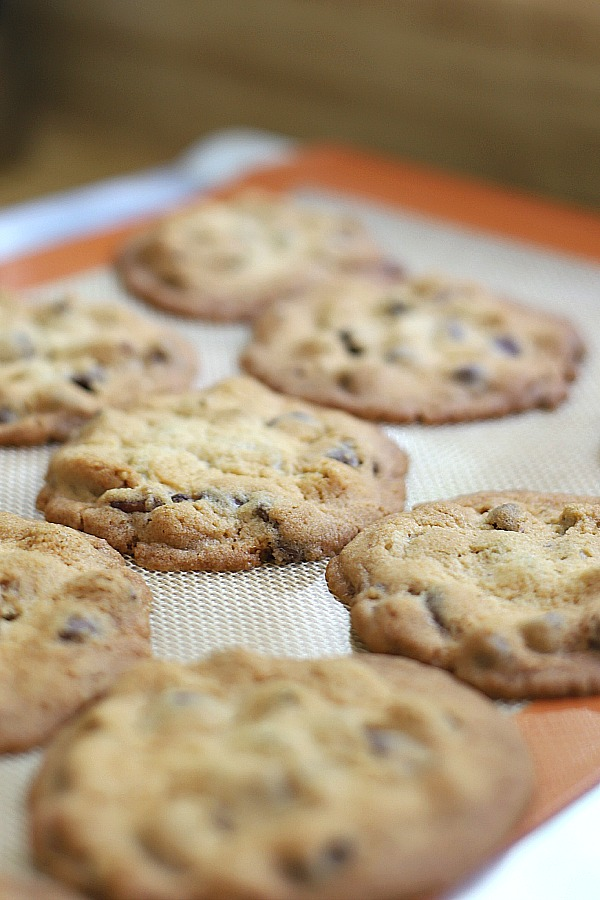 Easy recipe for crunchy chocolate chip cookies, crunchy on the outside and chewy inside.