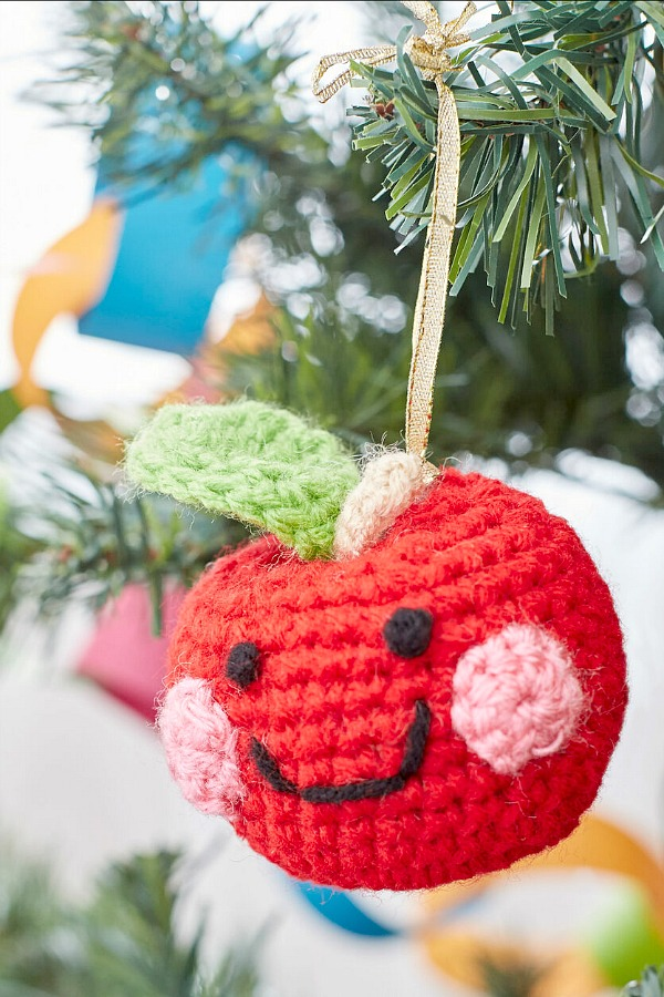 10 of the cutest crochet Christmas ornaments with free patterns that are easy! Use to decorate, trim the holiday tree, give as gifts and embellish presents.