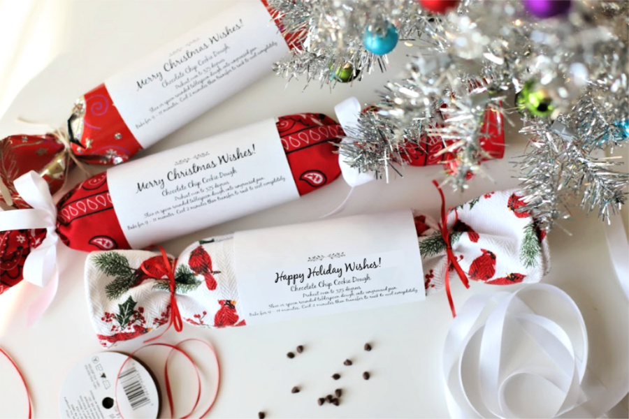 FREE printable download labels for homemade chocolate chip cookie dough gifts. Easy recipe to make and freeze. Packaging ideas for great teacher, coworker and neighbor holiday gift-giving ideas.