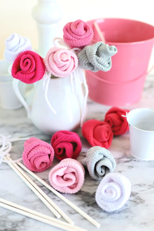 Easy step-by-step how-to for bud roses from baby socks. DIY flowers for shower bouquet and décor ideas.