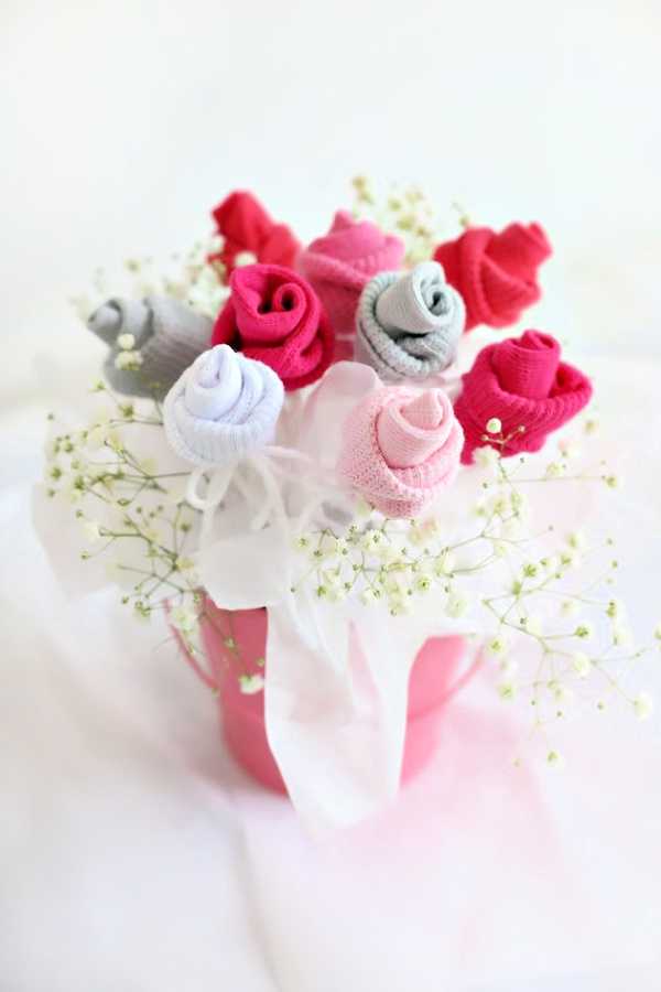 Sweet baby shower bouquet. Easy step-by-step how-to for bud roses from baby socks. Pretty DIY flowers and décor ideas.