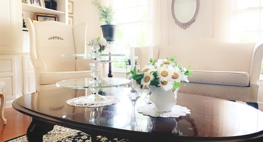 A small pitcher of Shasta daises grace the living room coffee table